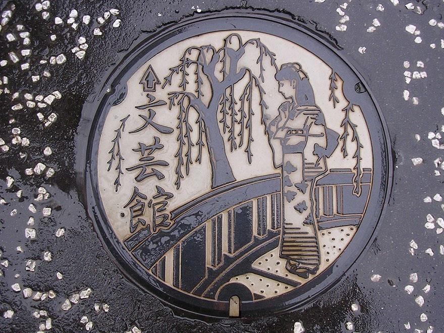 设计图案,比如北海道函馆市盛产墨鱼,井盖上就是三只跳舞的墨鱼娃娃.图片