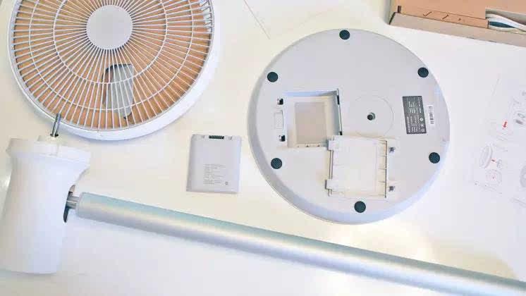 """正文  风扇电机背面外壳上有""""摇头""""功能按键和 wifi信号连接指示灯."""