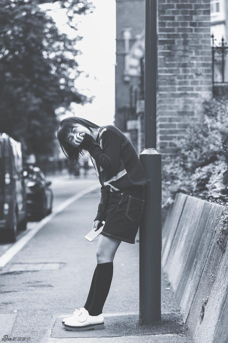 【摘要】 标准的齐耳短发让张子枫更显学生气,黑白色调让整套写真泛图片