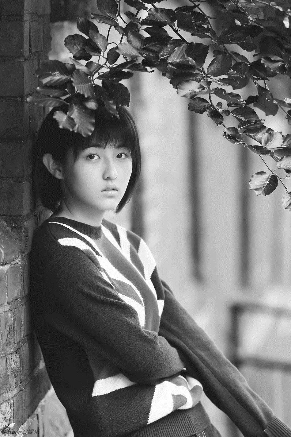 标准的齐耳短发让张子枫更显学生气,黑白色调让整套写真泛着怀旧的图片