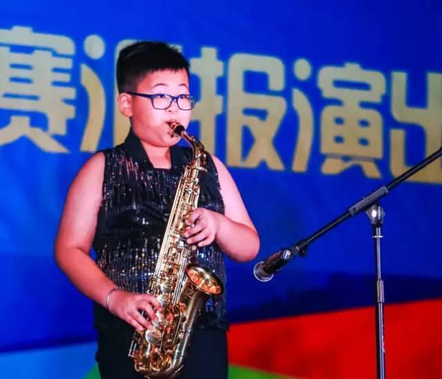 王杰龙吹奏了一首萨克斯曲目《天路》