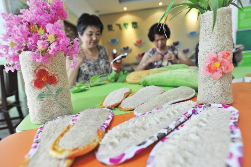 用丝瓜筋制作花瓶,鞋垫,茶杯垫等美观实用的小物件,向社会传递绿色,健