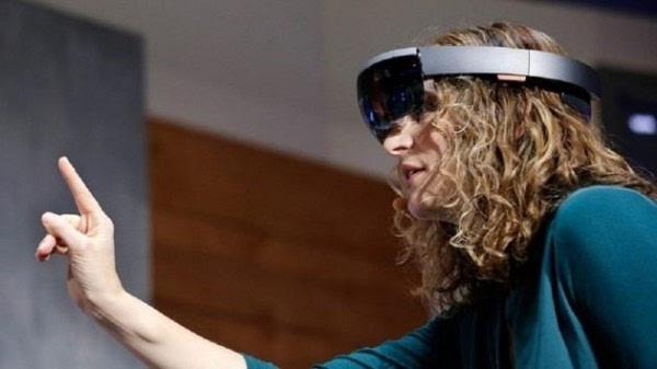 这5段视频告诉你HoloLens多酷炫:打游戏、学弹琴无所不能的照片