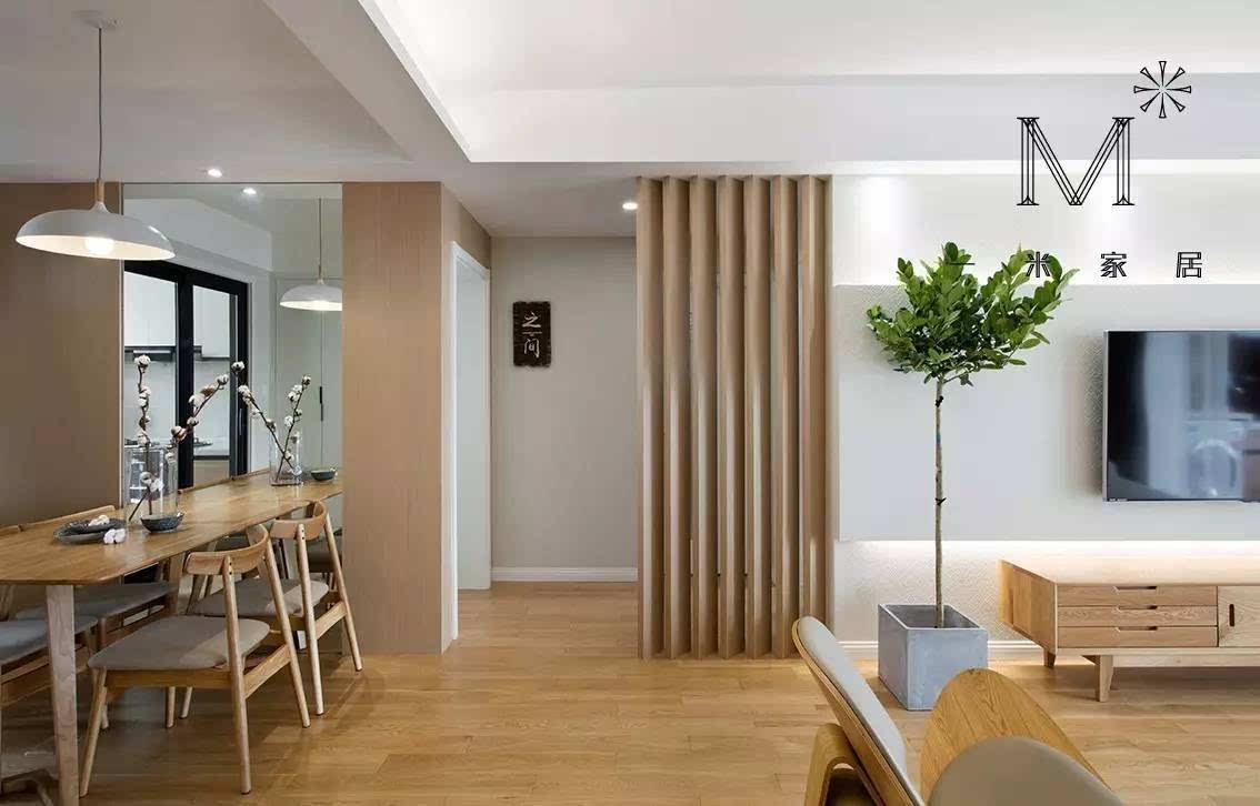 浅木色的kd饰面板和多处镜面的循环运用,营造出素雅开阔的空间视觉