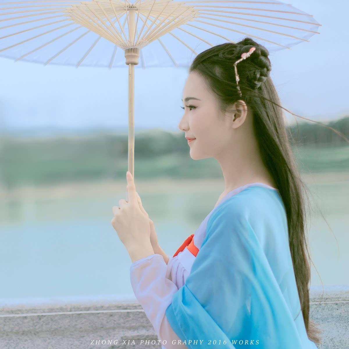 侧脸很唯美的古装持伞美女