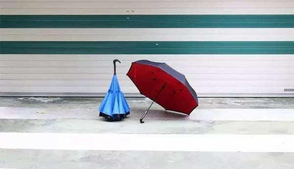 和大多数自动伞一样,bepro自动反向伞在伞柄处也有一个按钮,轻轻推一下就能把雨伞打开或收起。不过它和一般雨伞的开合方向是相反的,开合的时候伞头可以在伞柄上来回移动,是不是很神奇~~