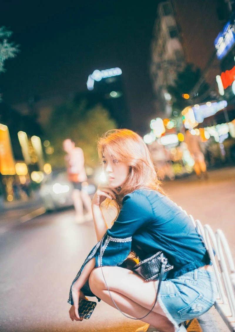都市美女夜晚街头上牛仔短裤时尚气质生活写真