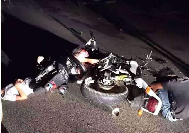 元惨烈车祸_昭平县城西宁路发生车祸,疑似鬼火摩托车与摩托车及跑车相撞,三人严重
