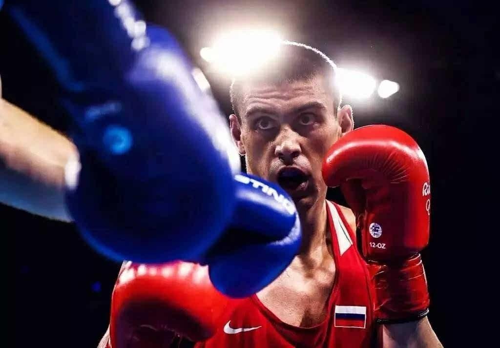 二十五岁的俄罗斯拳击运动员叶夫根尼·季先科与乌兹别克斯坦的鲁图片