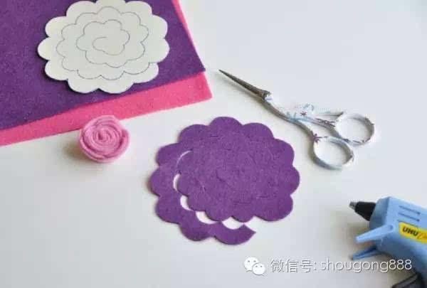 步骤2:按花瓣1纸样剪出紫色玫瑰花不织布花瓣