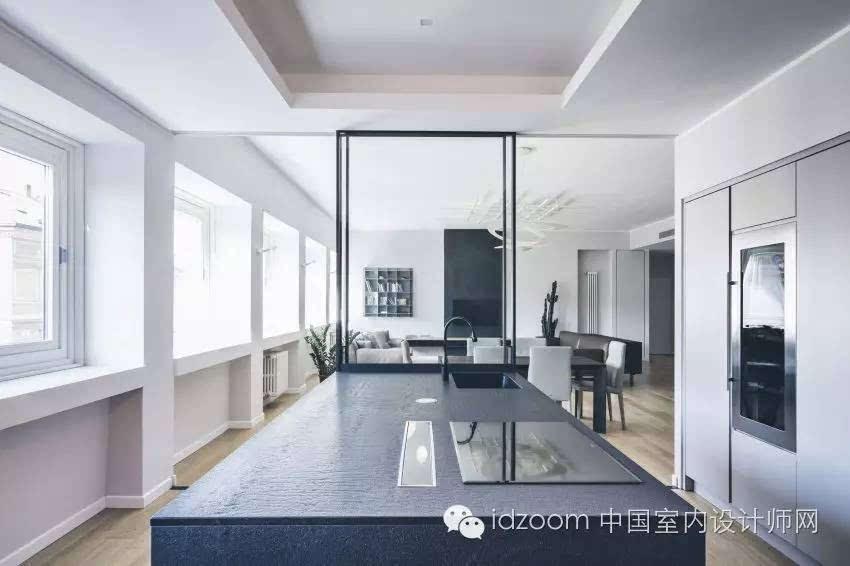 白色墙面,原木木质地板,布艺与皮质相搭配的沙发,黑色电视背景墙,线条图片