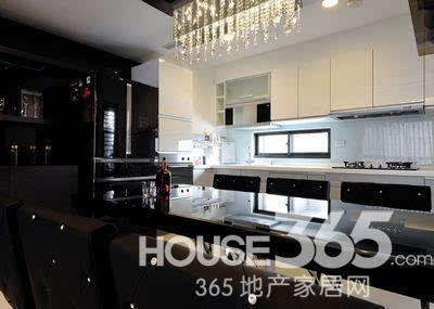 85平房子装修效果图:客厅很有时尚感觉-85平房子装修案例图 黑色系