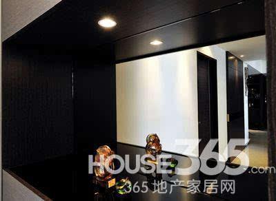 85平房子装修效果图:玄关处的可爱镜子-85平房子装修案例图 黑色系