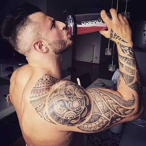 肌肉男搭配帅帅的纹身,魅力值瞬间爆表!