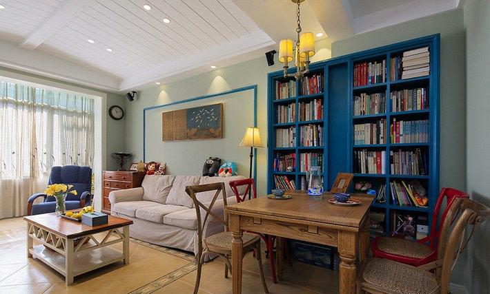 17▲ 利用一整面墙的书柜划分区域,书柜颜色与客厅沙发,墙饰都有呼应.图片
