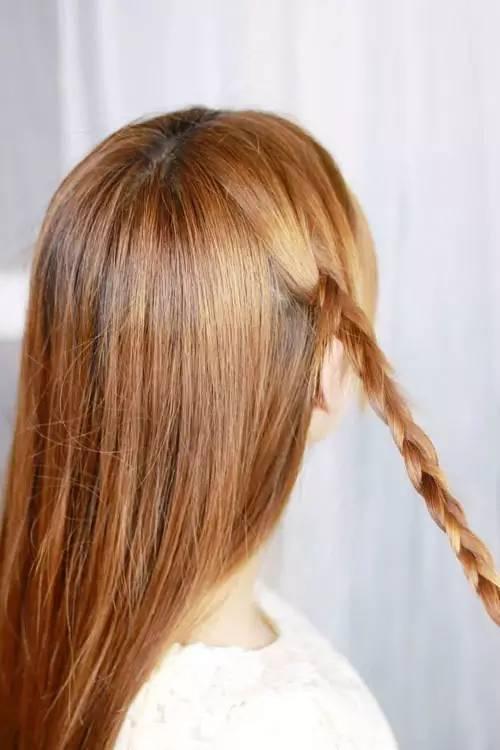 把两边的一点头发编在一起图片
