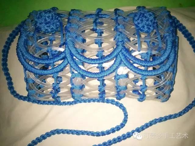 还可以用钩针把酸奶杯圈进行连接钩编做成包包,线可用空心线.