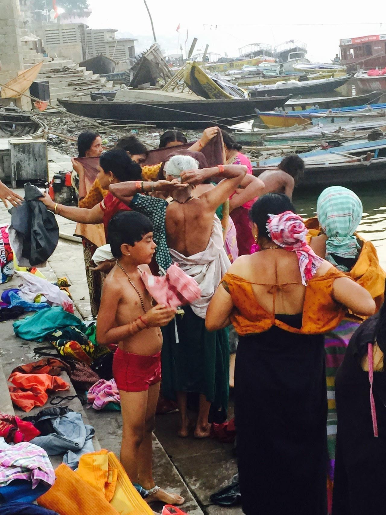 印度教人,一生中至少一次,应该要到瓦拉纳西的恒河洗澡,消除业障图片