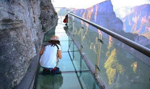 宝泉玻璃栈道位于新乡市宝泉旅游度假区内,属于典型的峡谷生态观光图片