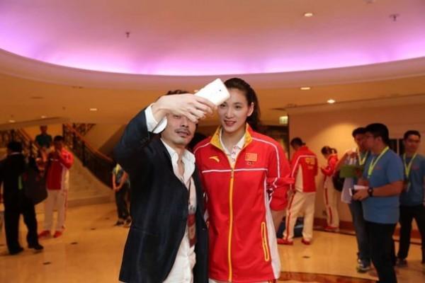 中兴通讯再出手:奥运团访港人手一部天机7荣誉版的照片 - 3