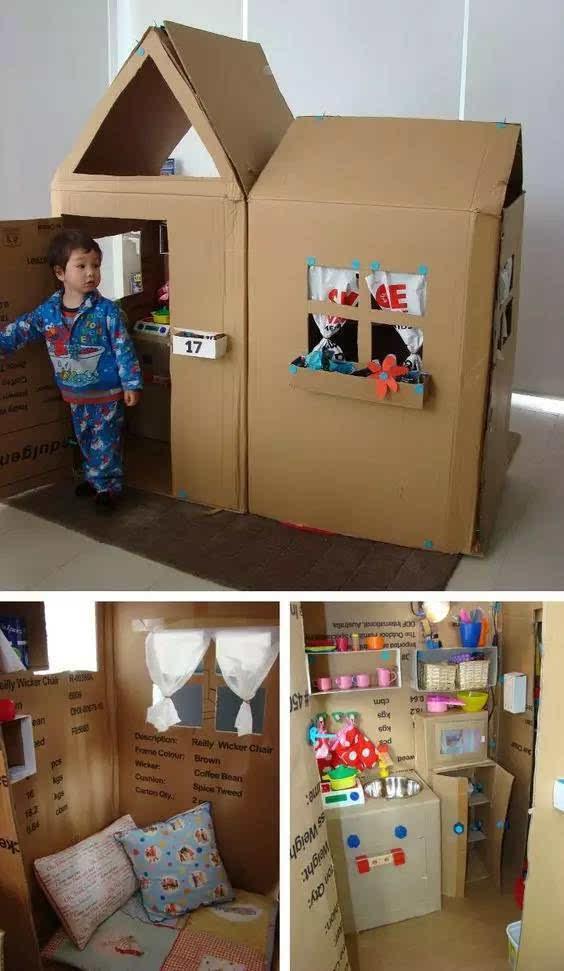 找一个足够大的纸箱,在纸箱一侧画好门窗的位置,用小刀裁剪出空位,粘上喜欢的装饰纸,最后折出三角形纸箱做屋顶,一间玩具屋就造好了。   你可以根据自己的喜好在细节上精益求精,这样孩子会更喜欢的。