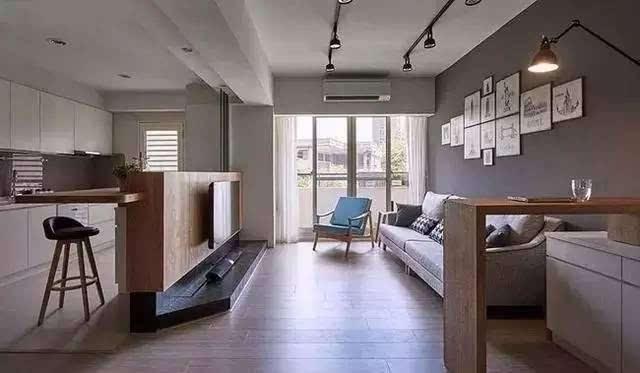 低矮的电视背景墙还不够抢眼,后面在嵌块木板,加一把高脚凳,这样的