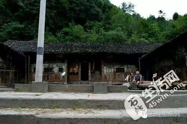 其它 正文  屋檐下的木刻图案 古建筑材料为全木结构,雕花绣朵,古色古