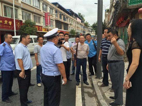 芦山县委副书记,县长周建华督导检查城区秩序管理工作