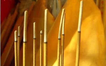 当使用九根香看事的时候,如果全部香灰都向外侧倾斜,表示对方有要