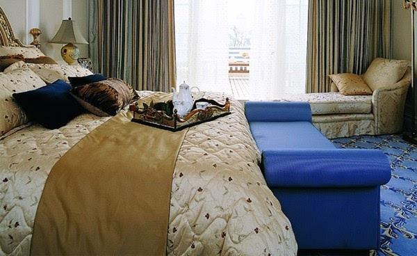 如果要搭配窗帘,可以选择淡蓝色的穿杆式布艺窗帘.