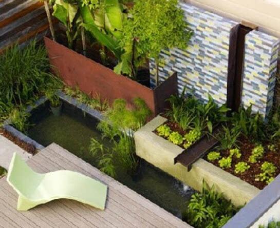 从下面这款阳台水池装修效果图可以看出,它利用了假山和水循环器,加