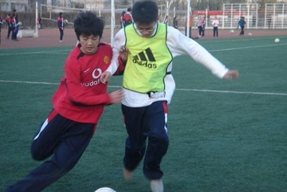 鹿晗默默为小学修足球场 高中时代踢球照曝光