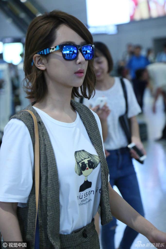 杨紫身穿休闲套装戴黑超现身虹桥机场