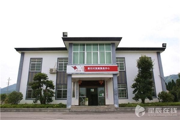 (惠农村村委会办公楼,村里的基础设施也在这几年有了质的提升.)