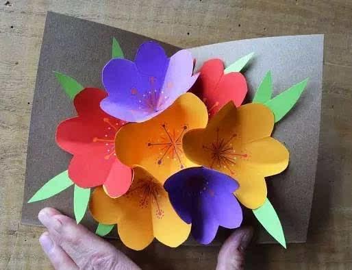 用铅笔画一个弧线,剪出就是一朵 将3朵花边沿粘合在一起后,贴在