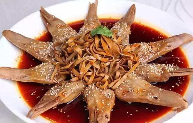 (3)切好的葫芦丝摆盘然后把晾凉的调味汁浇在葫芦丝上即可.
