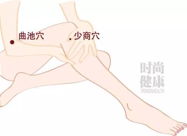 捏脊要从下向上捏,用双手拇指和食指交替捏