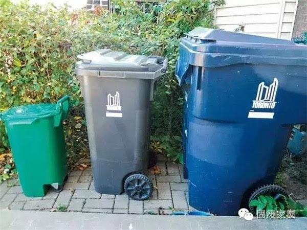 不同体积的箱子   蓝箱子回收可再利用垃圾,包括纸盒、纸筒、塑料瓶/罐、空油漆桶、金属瓶、玻璃瓶、铝盘、饮料盒、纸板、纸箱、塑料袋、发泡盒、废纸、(鸡蛋)纸托、喷雾器空瓶、书报等。不可放入的物品包括玩具、电子产品(钟表、磁带、半导体、搅拌器)、锅、盘子、衣服、鞋、玻璃饮料瓶、碎玻璃、灯泡、镜子、陶瓷制品、金属衣架、铝箔制品、礼物包装塑料、蜡纸、纺织物品。   灰箱子回收不可再利用垃圾,包括皮具、纺织物、烟蒂、棉球、口香糖、软木瓶塞、化妆用粉饼、牙线、木制品、炉灰、毛发、蜡烛等。塑料制品包括玩具、化妆