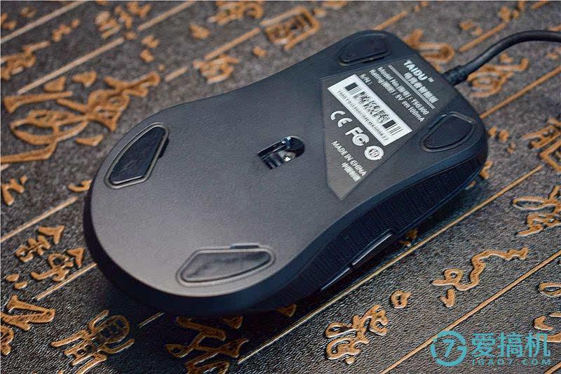 鼠标的脚贴采用了磁吸结构,后期可以根据不同的使用需求来更换.
