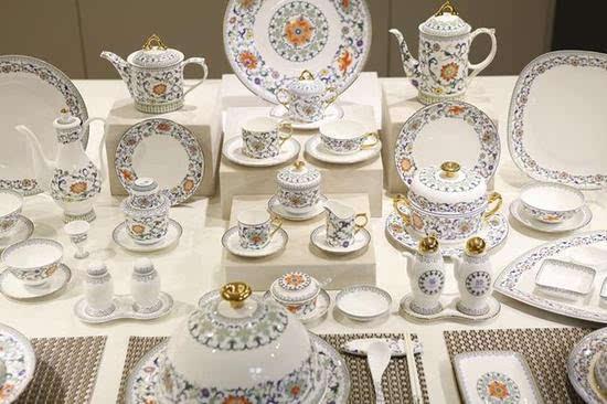 圆形,方形,三角形甚至结合形都被运用到了餐具的外形设计上,瓷面图案