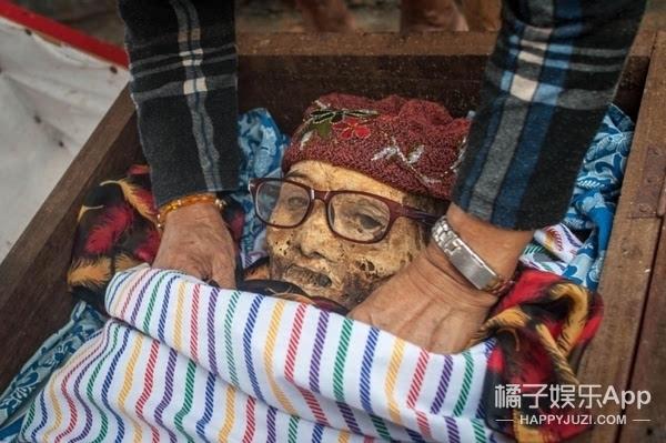 mainene每3年举办一次,亲人的尸骨反复被挖出,再被钉回棺木里.