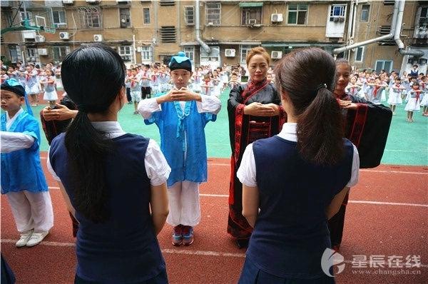 长沙:学生手绘丝巾感恩老师 为教师节活动注入国学内涵