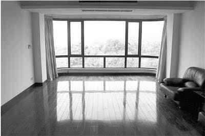 客厅落地窗外即是西湖美景 丁先生 摄图片