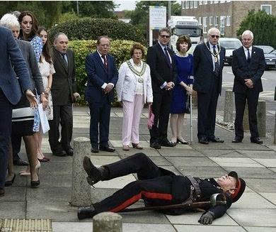 王子访校官员倒地 皇室气息太浓厚威廉王子将其扶起