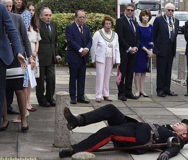 英国威廉王子访校官员倒地众人惊呆 网友:皇室气场太