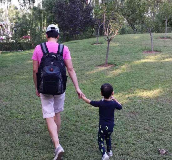 并确认将带子加盟《爸爸去哪儿》,并晒出一张牵手儿子的背影照.