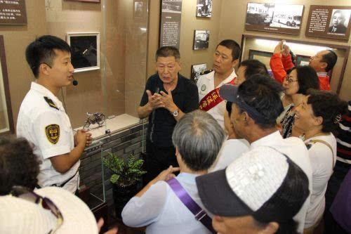 专业老师走退路径交通博物馆志愿者学习手语