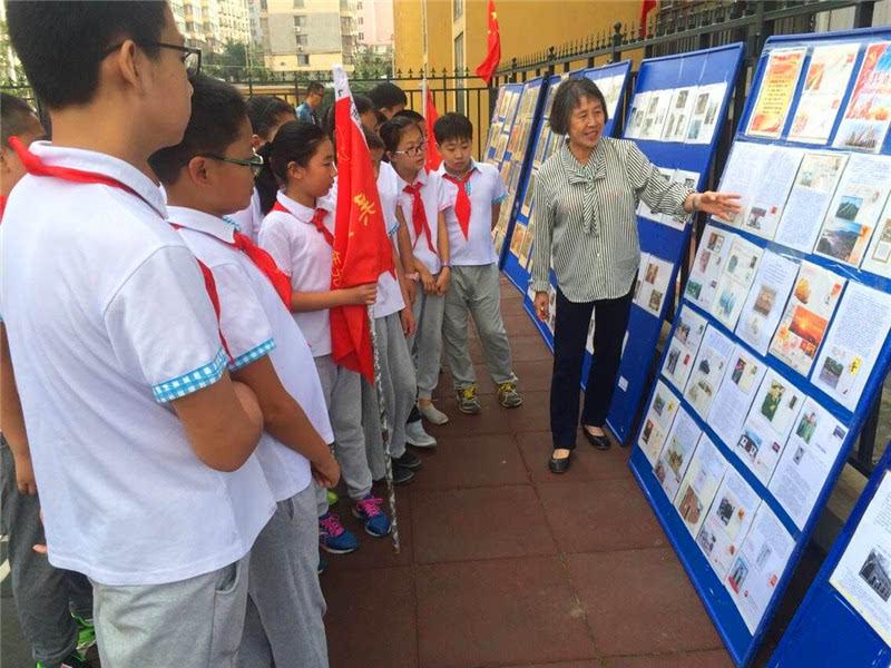大连市文明办组织未成年人开展向国旗敬礼活动