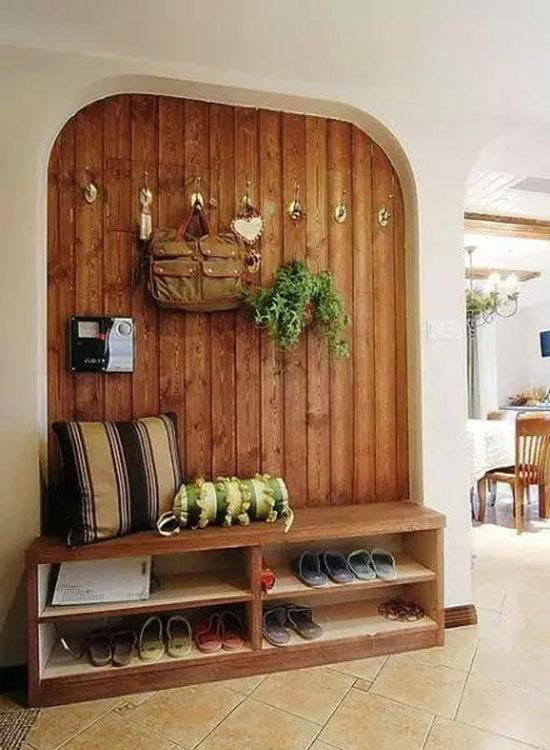 白色木板条拼贴墙面,营造出明亮视觉,一排挂衣钩让衣服和包包都能够