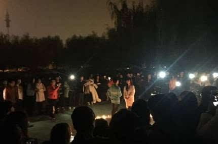 男生学校摆蜡烛表白,成功后另一女孩抢过话筒 接着又来了2个 这剧情
